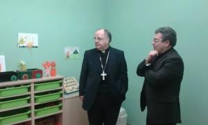 Il direttore della Fondazione Domenico Vaccaro mostra l'aula delle attività educative a Mons. Moretti — presso fondazione mac insieme.