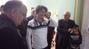 """Il dott. Vincenzo Baldi illustra l'uso delle nuove tecnologie del """"Punto Media in"""" al Vescovo."""